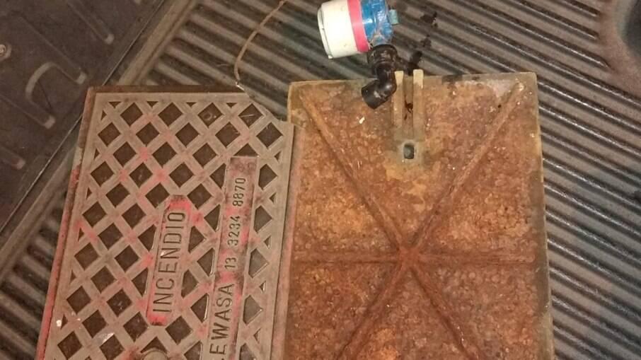 Tampas de bueiro e um registro de água foram apreendidos por um adolescente