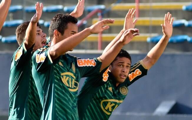 Jogadores do Palmeiras comemoram o gol de  Diego Souza, o segundo do time contra o Velo  Clube