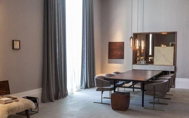O ambiente de 92 m² foi criado para um casal que gosta de arte e fotografia. Para compor o espaço, as profissionais do escritório Anexo Arquitetura contaram com a curadoria da Galeria Canvas