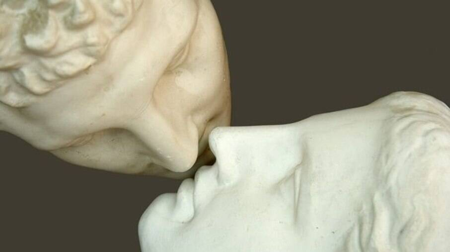 Confira o passo a passo para o beijo grego