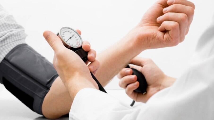 Controle a pressão arterial: a hipertensão adoece os vasos sanguíneos, inclusive os que fornecem oxigênio e sangue ao cérebro