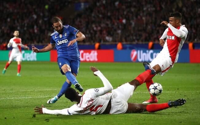 Higuaín bate para fazer o gol da Juventus sobre o Monaco na partida de ida das semifinais da Liga dos Campeões