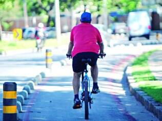 Pouco espaço. Uma das principais reclamações dos ciclistas é que a pista na orla é estreita para receber uma bike em cada sentido