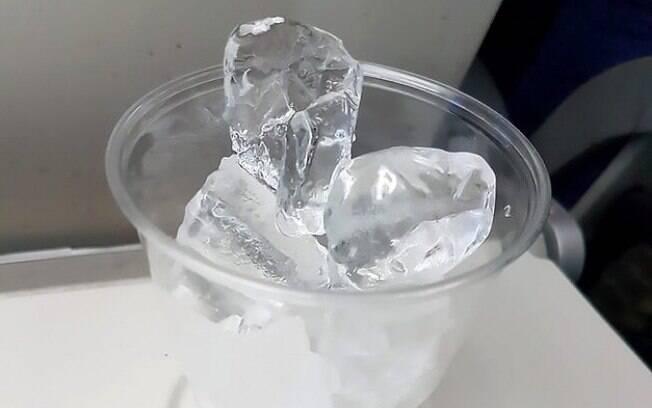 Depois do pedido feito no voo, o homem recebeu um copo com gelo e, segundo ele, deveria esperar derreter