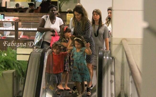 Grazi Massafera, Pedro Cardoso, Cristiana Oliveira e Claudia Abreu levam os filhos para passear