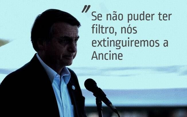 Bolsonaro fala ao microfone