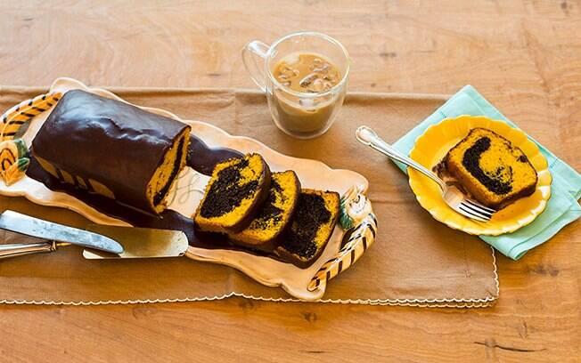 O bolo mármore de cenoura e chocolate junta dois clássicos deliciosos
