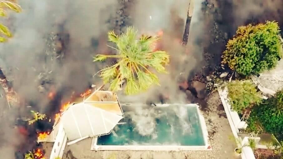 Lava caindo em uma piscina residencial em La Palma