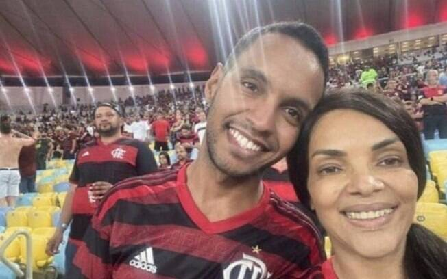 Adriano dos Santos Rodrigues ao lado da mãe biológica, a deputada Flordelis