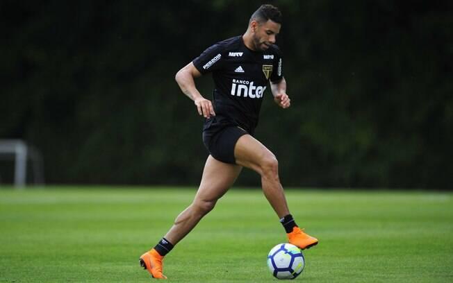Bruno Peres retornou aos treinos do São Paulo e pode enfrentar o Botafogo no domingo