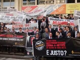 Com faixas e cartazes, categoria protesta em frente à ALMG