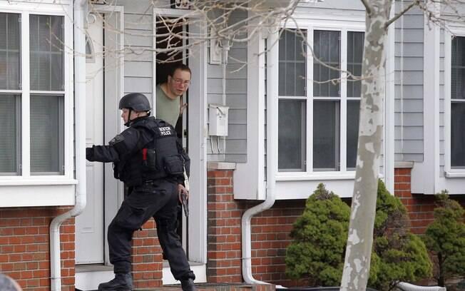 Policiais da SWAT vasculham casas em Watertown, em Massachusetts, em busca de suspeito de atentato em Boston