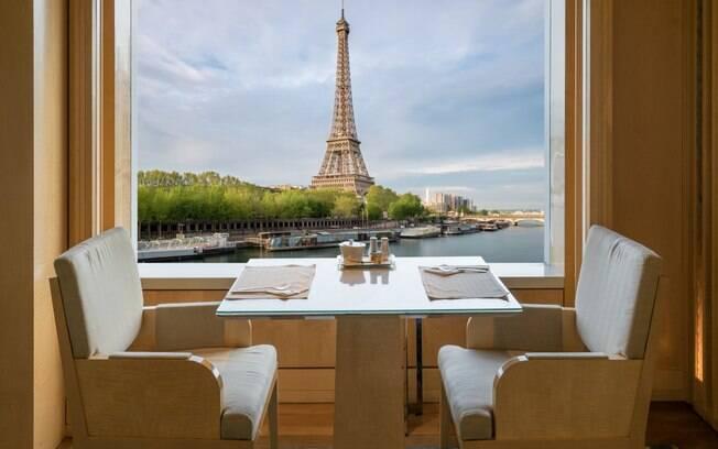 Em restaurantes e hotéis, também é possível ter uma vista privilegiada da cidade da luz e também do Rio Sena