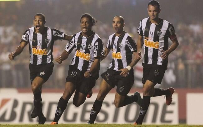 Gilberto Silva, Ronaldinho, Diego Tardelli e  Réver celebram gol