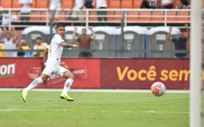 Derlis González observa a bola entrar ao finalizar e ampliar o placar para o Santos sobre o São Paulo
