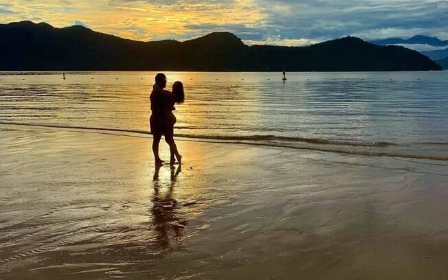 Marina Ruy Barbosa e Alexandre Negrão curtem a praia em dia de carnaval