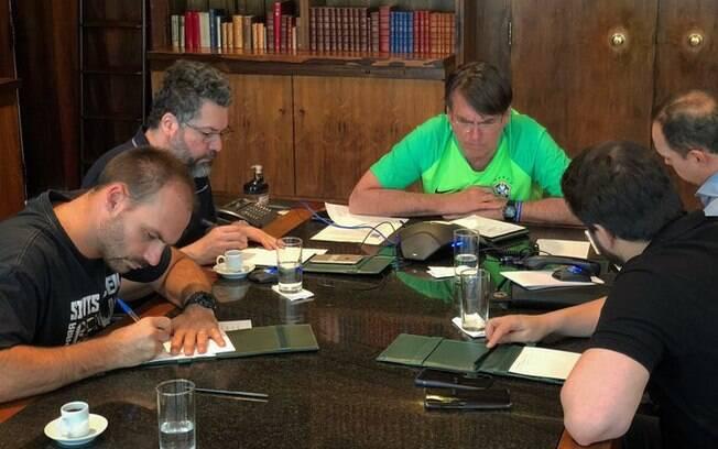 Presidente realizou reunião ao lado do filho Eduardo e do chanceler Ernesto Araújo