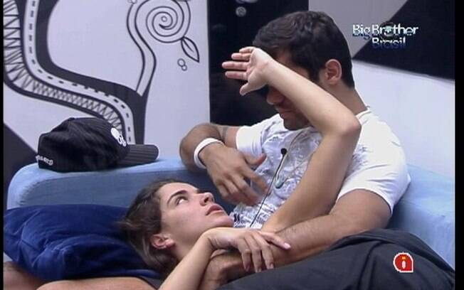 Na sala, Laisa checa se Yuri está com febre