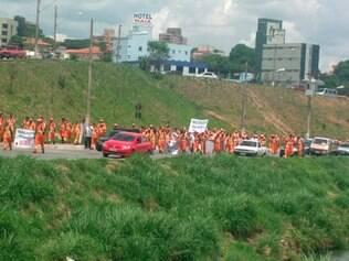 Trabalhadores da limpeza também protestaram e cruzaram os braços nessa segunda-feira (17)