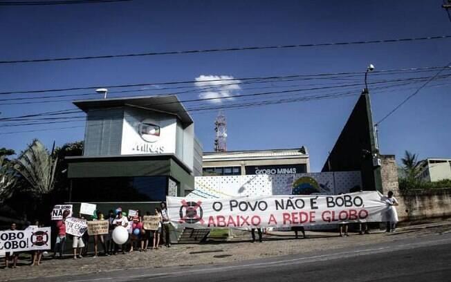Faixas e cartazes com palavras de ordem na sede da emissora em Belo Horizonte . Foto: Reprodução/Facebook