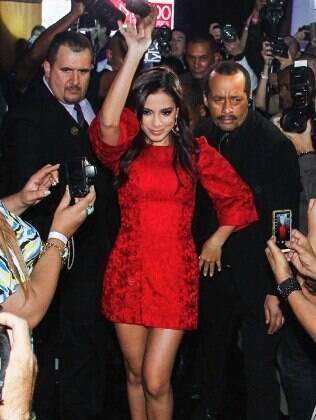 Anitta rodeada por seguranças