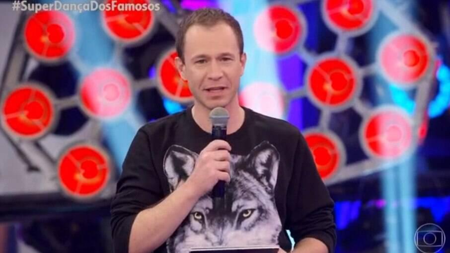 Tiago Leifert usa roupa parecida com a usada por Fausto Silva