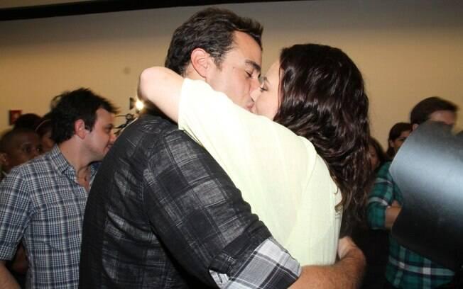 Paola Oliveira e Joaquim Lopes também trocaram beijos diante dos fotógrafos