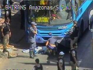 Mulher foi atropelada por ônibus da linha 9205 na avenida Amazonas, nesta terça-feira (24)