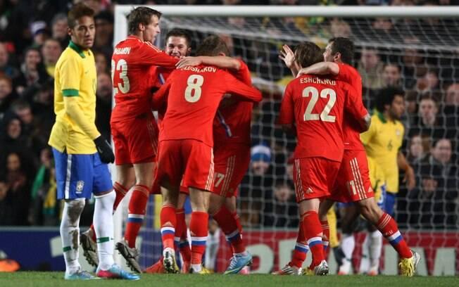 Russos comemoram gol diante do Brasil em  amistoso