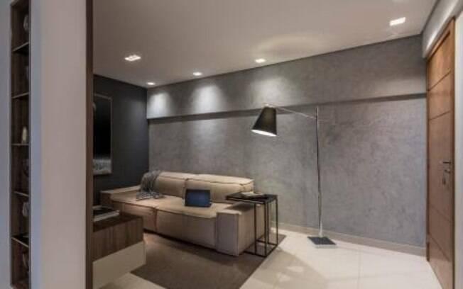Além de trazer a sensação de aconchego, tapetes podem ajudar a esconder imperfeições indesejadas no piso