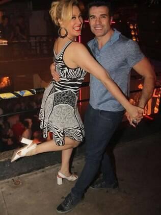 Agora loira, Claudia Raia comemora sucesso de musical dançando com o namorado