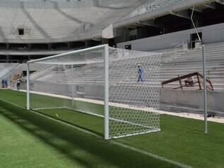 Gramado foi demarcado e redes foram colocadas nas traves da Arena da Baixada