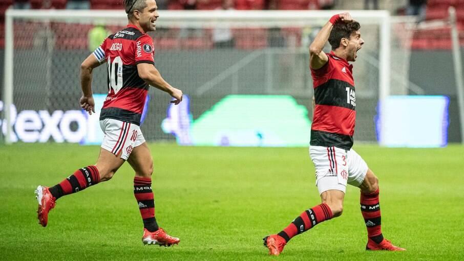 Rodrigo Caio vibra após marcar o primeiro gol do Flamengo sobre o Defensa