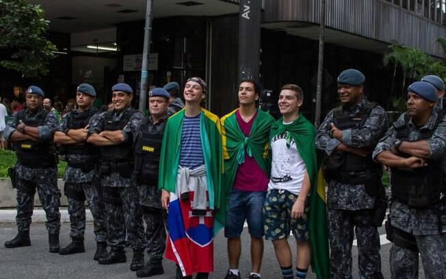 Manifestantes tiram fotos com militares e tropa de choque em protesto em SP. Foto: Kevin David/Futura Press - 13.03.16