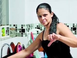 Se virando. Moradora do bairro São Bernardo, Eliane Izabel recorre à caixa-d'água de imóveis vazios