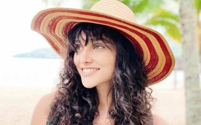 Ao secar o cabelo cacheado vale apostar em produtos que protejam os fios e ainda ajudem a definir os cachos
