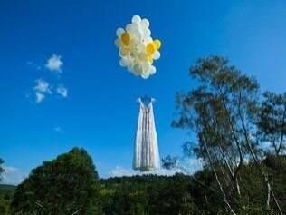 O vestido voador, na verdade, foi fotografado ao cair