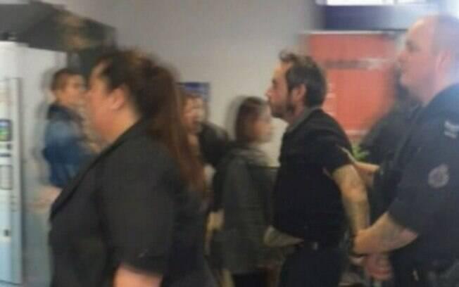 Oficiais da Polícia Federal Australiana (AFP) foram chamados até o local e levaram o homem para a delegacia na quarta