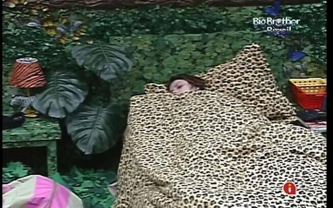 Mayara descansa no Quarto Floresta