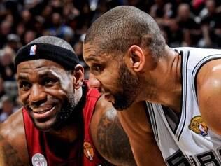 Atletas em ação: duelo de LeBron James e Tim Duncan