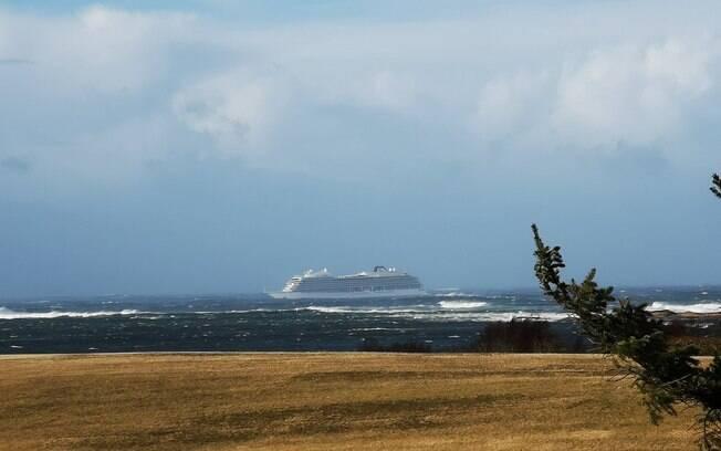 Cruzeiro que ficou à deriva na Noruega conseguiu ligar três dos seus motores, mas teve que ser rebocado