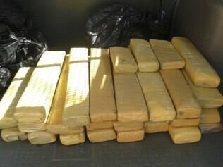 Polícia apreendeu 30 kg de maconha dentro de veículo de traficantes