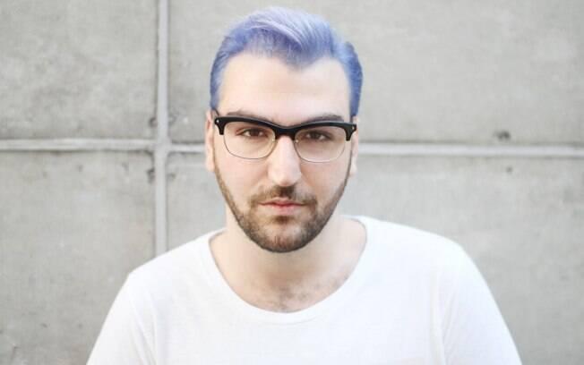 O tom platinado de azul dos cabelos iluminam o rosto de André