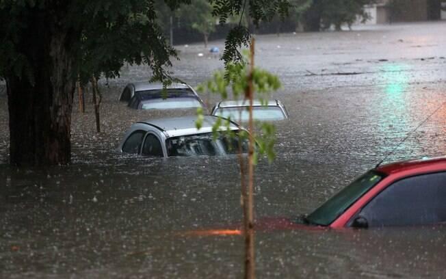 Avenida Rubem Berta foi uma das vias mais afetadas pela forte chuva da tarde desta segunda-feira