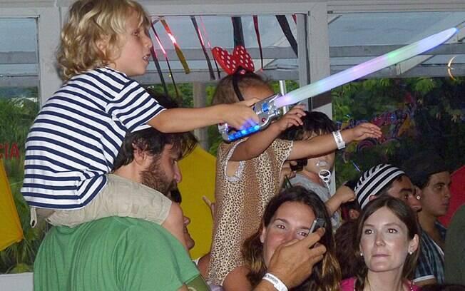 A família aproveitou a folia do carnaval em uma matinê do Rio