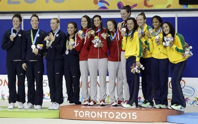 Pódio do 4x100m feminino. Foto: Rebecca Blackwell/AP