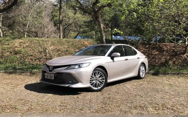 Toyota Camry está rejuvenescido: entradas de ar protuberantes na dianteira amenizam o visual de