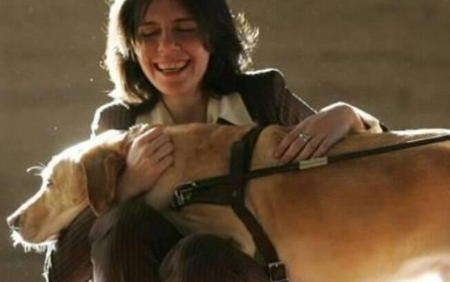 Mulher abraçando cão-guia