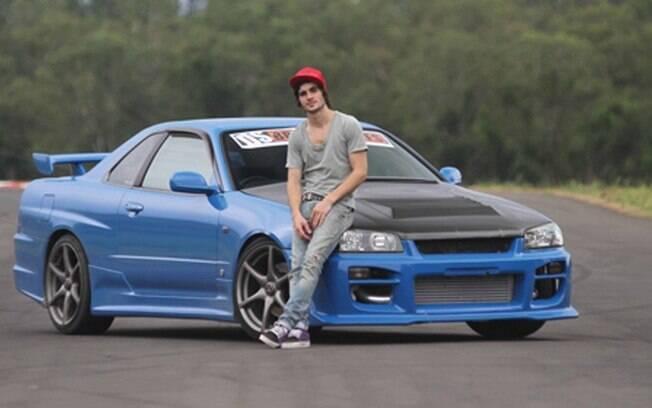 Fiuk fez uma demonstração de seu talento ao volante do Nissan Skyline no programa Auto Esporte