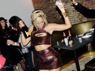Beyoncé se acabou na champanhe em copo de plástico durante festa da moda